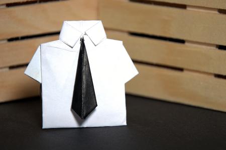 Concept abstrait de travailleur en col blanc avec costume d'origami et cravate noire Banque d'images - 70761900