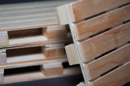 Vue rapprochée des palettes en bois. Structure de transport plat Banque d'images - 70652410