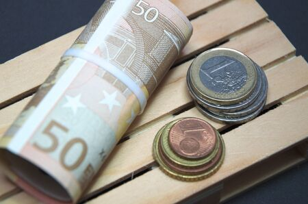 Billets en euros et monnaie sur la palette. Banque d'images - 70872750