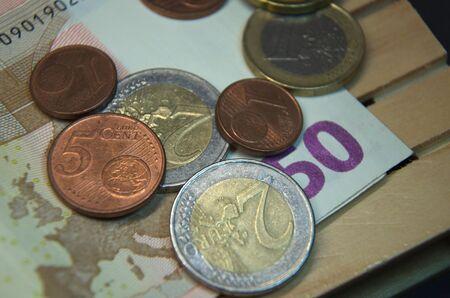 Billets en euros et pièces de monnaie sur la palette. Facile pour le transport. Banque d'images - 70872752