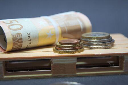 Billets en euros et monnaie sur la palette. Banque d'images - 90459056