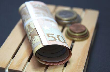 Billets en euros et pièces de monnaie sur la palette. Facile pour le transport. Banque d'images - 90459196