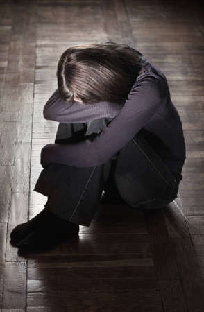 fille pleure: Jeune fille assise sur le sol crasseux pleurer