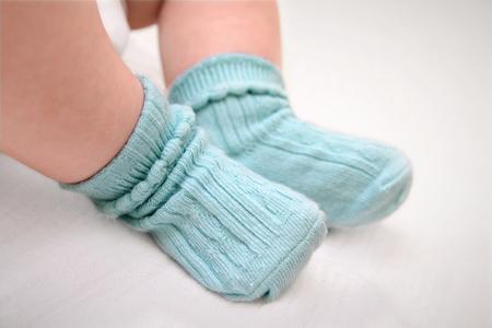 Close up de bébés pieds porter des chaussettes de coton bleu Banque d'images