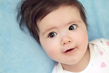 ojos marrones: Little baby brunette with brown eyes