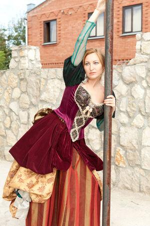 medieval dress: Actriz vestido medieval que presenta en el polo Foto de archivo