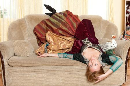 medieval dress: Chica artista vestido medieval acostada boca abajo en el sof�