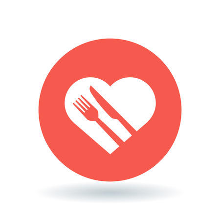 piatto: Concetto mangiare sano icona. Segno concettuale dieta sana. cuore, coltello e forchetta simbolo. icona del cuore sano bianco su fondo rosso cerchio. Illustrazione vettoriale.