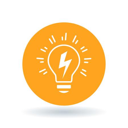 Konzeptionelle Glühbirne Idee Symbol. Glühbirne Flash-Zeichen. Glühbirne Strom-Symbol. Weiß Glühbirne Schraube Blitz-Symbol auf orange Kreis Hintergrund. Vektor-Illustration.