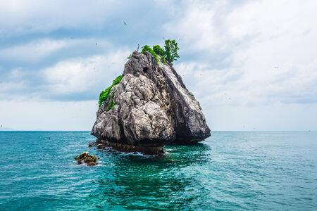 порно: Тропический Рок-Айленд против голубого неба и моря, кета порно, Таиланд Фото со стока