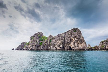 porno: Tropicale isola di roccia contro il cielo azzurro e il mare, Chum porno, Thailandia Archivio Fotografico