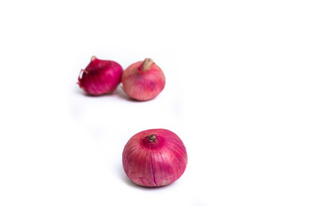 pealing: Shallot, Red onions on a white background, close-up Stock Photo