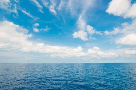 mer ocean: Beau ciel et l'oc�an. Mer �t� avec nuage blanc de Tha�lande Banque d'images