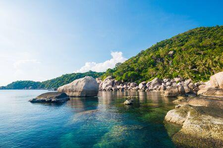 Schöne Inseln Koh Tao in Thailand. Schnorchelparadies mit klarem Meerwasser und Steine ??am Strand