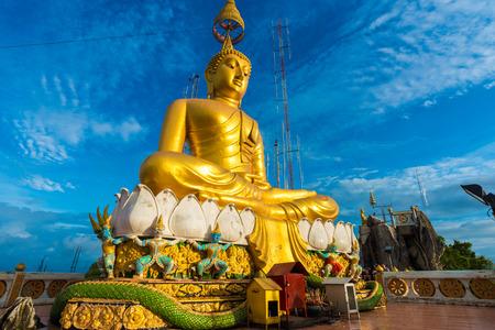 templo: Gran estatua de Buda de oro contra el cielo azul en el templo de Tailandia