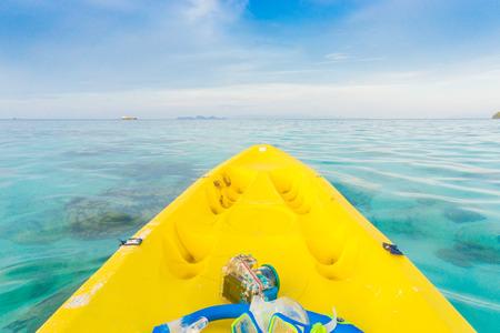 ocean kayak: Remar en kayak amarillo en el mar de Andaman
