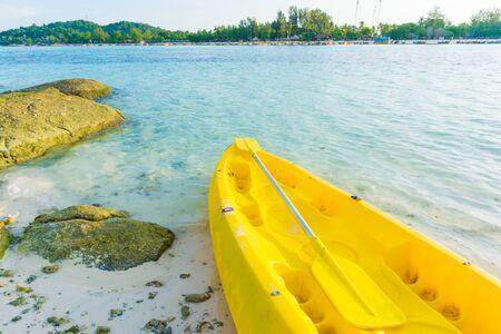 ocean kayak: kayak amarillo en la playa en el mar de Andaman, Lipe, Satun, Tailandia