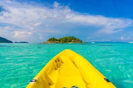 ocean kayak: Kayak en el oc�ano en el mar de Andaman, Tailandia