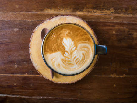 copa: Taza de caf� en la mesa de madera en la cafeter�a