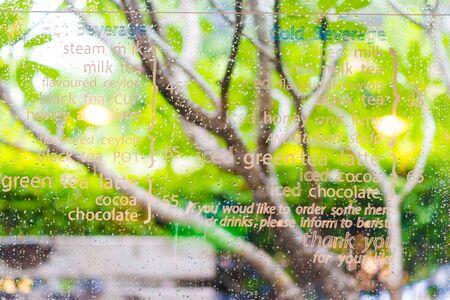 condensacion: Las gotas de agua de condensación en la ventana de su casa Foto de archivo