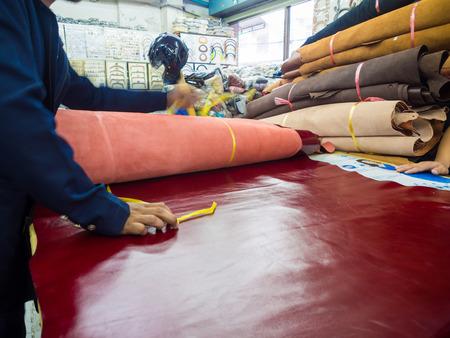 cuero vaca: Materias primas de cuero en la tienda de artesan�a, cuero de vaca natural.
