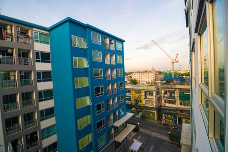 Moderne Wohnung Wohngebäuden am Nachmittag mit Sonnenuntergang