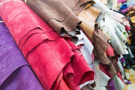cuero vaca: cuero genuino de la vaca colorida en el estante en el material utilizado para la tienda de zapatos, bolso, cartera de productos, etc. Foto de archivo