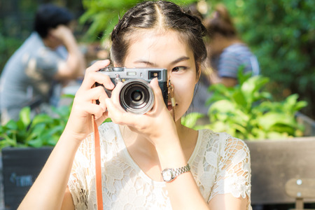Portrait of a beautiful young asian woman with a mirrorless camera, Hipster lifestyle Standard-Bild