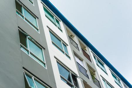 Typisches Flachdach-Wohngebäude im Stadtgebiet, Balkone des Wohngebäudes Standard-Bild