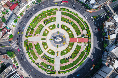 Rotonde junction wegverkeer auto aroud door het bouwen van mooie straat