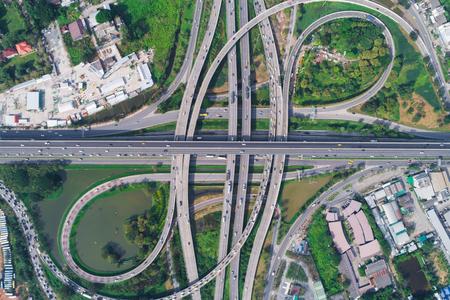 Transport circulaire knooppunt verkeersweg met auto luchtfoto
