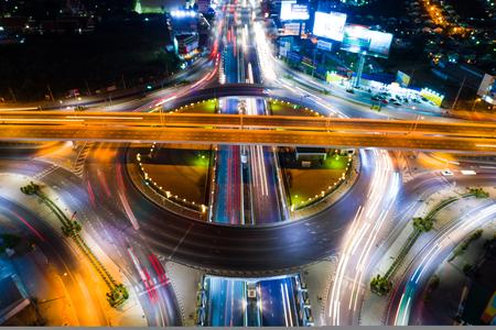 Fondo del trasporto stradale del cerchio della giunzione di notte del passaggio del traffico Archivio Fotografico - 91801074