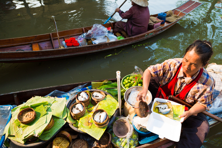 DAMNOEN SADUAK, THAILAND - MARCH 20 : Damnoen Saduak Floating Market Featuring wooden boats laden with colourful fruits, vegetables and Thai cuisine on March 20, 2016 in DAMNOEN SADUAK , THAILAND Editöryel