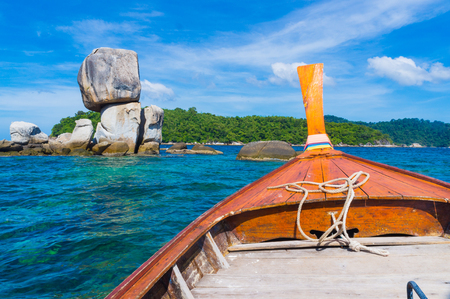 Wooden travel boat going to exotic island, Nature Seascape 版權商用圖片