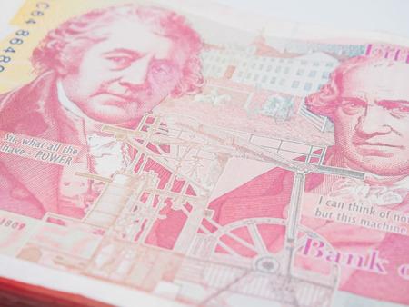 Pila di denaro sterlina GBP su sfondo bianco concetto finanziario