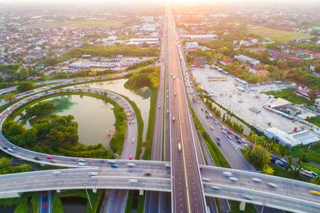 Kruispunt oneindigheidsteken verkeersweg met auto en groen park vijver luchtfoto