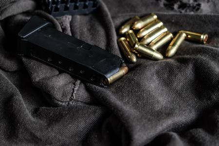 Chaqueta de metal completa bala de ruger de 9 mm en objeto de brazo de textura de tela