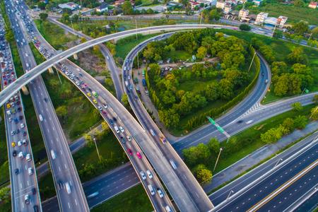 Carretera de tráfico de cruce de transporte con vista aérea de movimiento de vehículos por drone