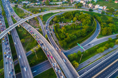 Strada di traffico di giunzione di trasporto con vista aerea del movimento del veicolo da drone