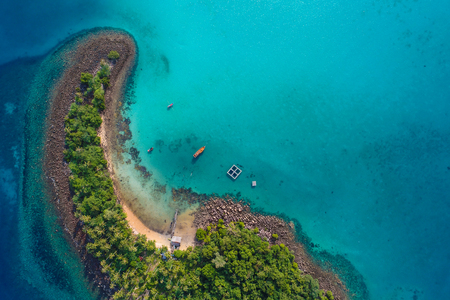 Blue turquoise water sea island with green tree summer vacation background by drone 版權商用圖片