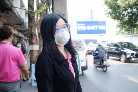 Women wearing protective mask n95 suffering air pollution on street, Air pollution in city Archivio Fotografico