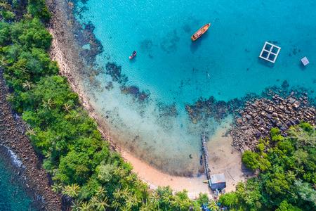 Aerial view blue sea white sand beach with coconut palm tree tropical island Stockfoto