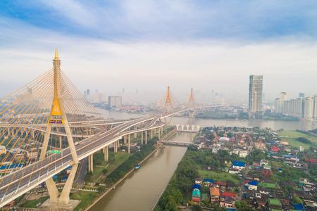 Vue aérienne du bâtiment de la ville de Bangkok avec route de circulation sur le pont Bhumibol au lever du soleil du matin