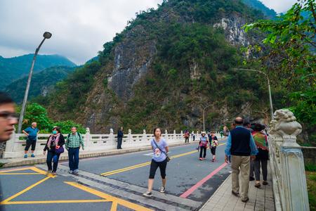 TAROKO NATIONAL PARK, TAIWAN - MARCH 22, 2015: Tourists enjoy walking along Swallow Grotto (Yanzikou) Trail at Taroko National Park, Taiwan Редакционное