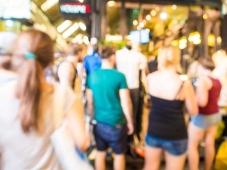 Niewyraźna grupa turystów robiąca zakupy w sklepie z pamiątkami, ludzie biznesu Zdjęcie Seryjne