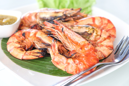 Sea giant shrimp grilled serve with sauce on white dish Imagens
