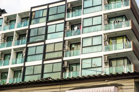 Edificio de bloques de condominios moderno con cielo azul nube industria de negocios inmobiliarios