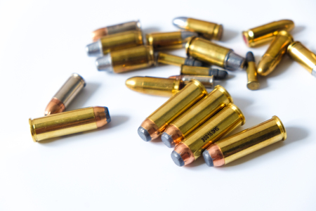Gun FMJ JHP y JSP bullet sobre fondo blanco con espacio de copia
