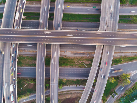 Vue aérienne de la route de jonction du trafic de la ville avec la circulation automobile, transport de la ville