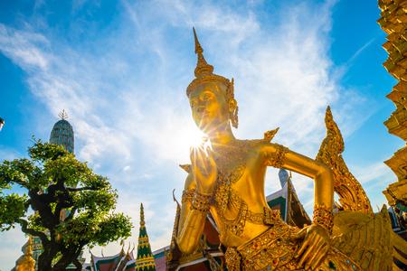 Wat Phra Kaew emerald buddhist temple at Bangkok, Thailand Imagens - 122381168